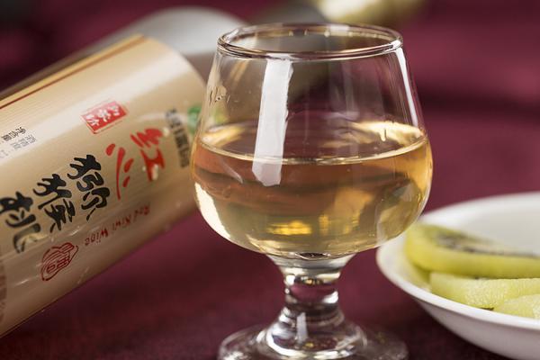 陕西省安康镇坪县储藏着一缸缸猕猴桃酒